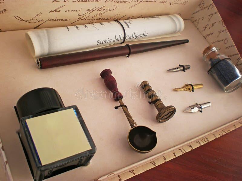 Positionnement de crayon lecteur d'encre de calligraphie images libres de droits