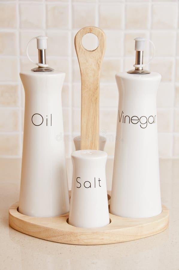 Positionnement de pétrole, au vinaigre, de sel et de poivre image stock
