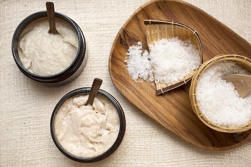 Positionnement de station thermale Le sel fait main frottent et la crème frottent avec de l'huile de noix de coco photo stock