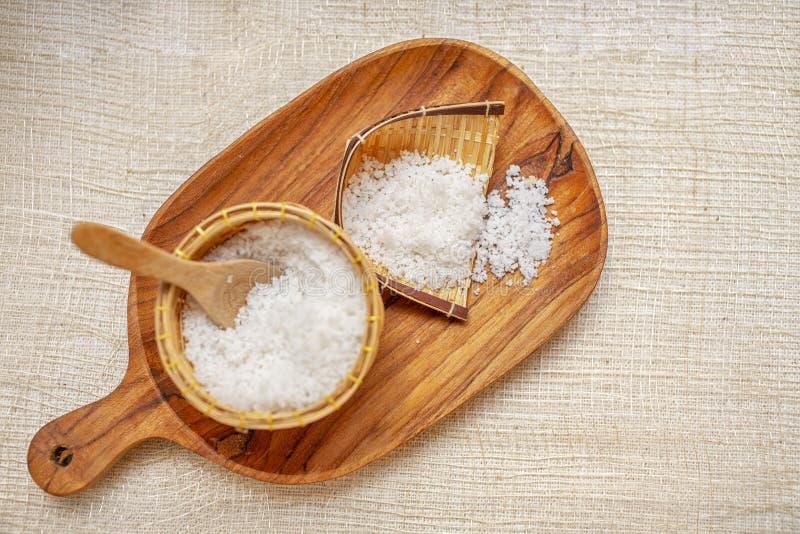 Positionnement de station thermale Le sel fait main frottent et la crème frottent avec de l'huile de noix de coco Frottez dans la photos libres de droits