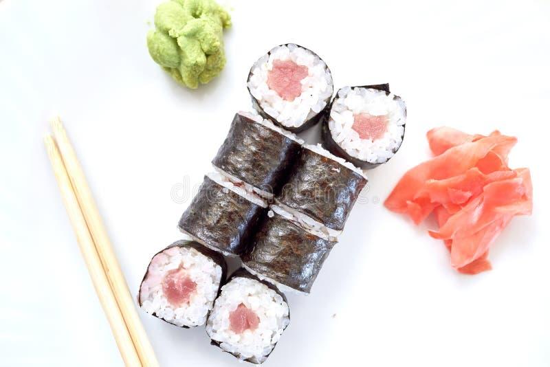 Positionnement de sushi Placez des sushi différents avec des fruits de mer Petits pains de sushi avec différents remplissages Un  image libre de droits