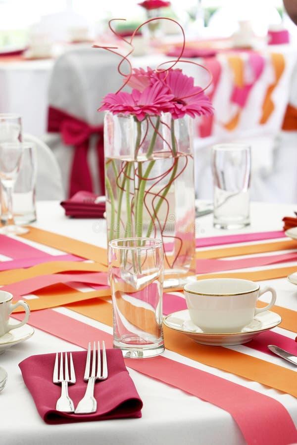Positionnement de table de mariage pour l'amusement dinant pendant un événement de banquet - sorts o images libres de droits