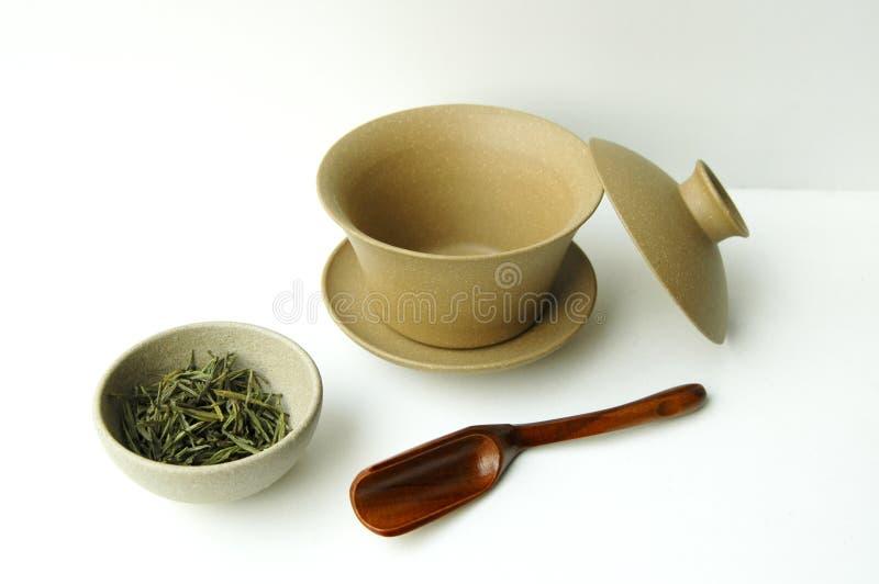 Positionnement de thé et cuvette de thé images stock