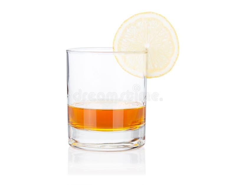 Positionnement en verre de Coctail. Cognac avec le citron sur le blanc photos stock
