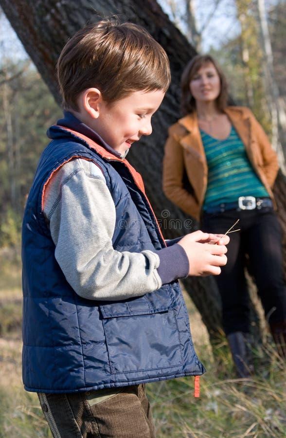 Positionnement extérieur de mère et de fils photographie stock libre de droits