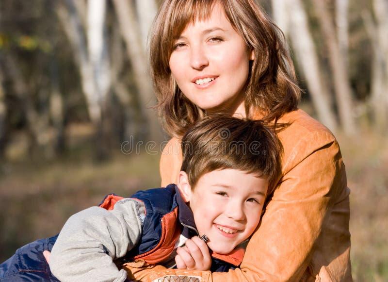 Positionnement extérieur de mère et de fils images stock