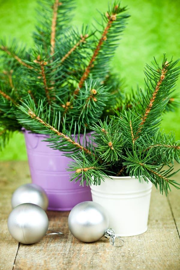 Positions avec l'arbre et les décorations de sapin de Noël photo libre de droits