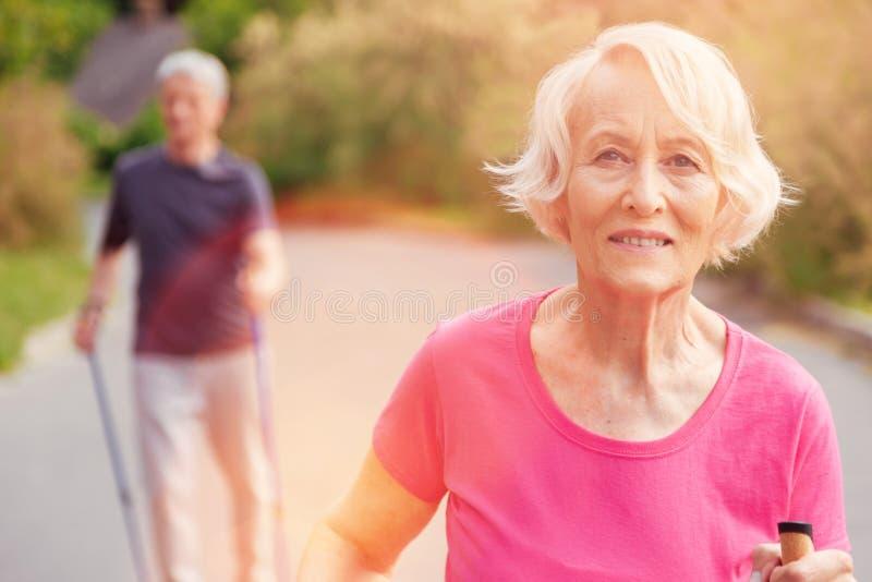 Positiv ögonkast av den äldre kvinnan royaltyfri foto