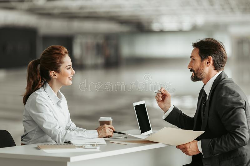 Positiv affärskvinna som berättar med den lyckliga mannen arkivfoton