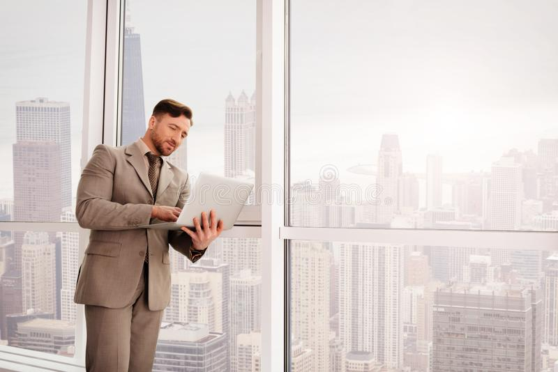 Positiv affärsman som arbetar på bärbara datorn royaltyfria foton