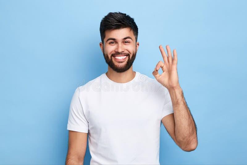Positiv attraktiv för visningcirkel för ung man gest med fingrar royaltyfri foto