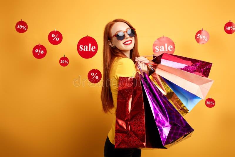 Positiv bra seende flicka som tycker om shoppa tid royaltyfria bilder