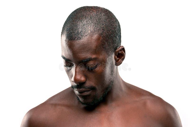 Positiv, das afro-amerikanischen Mann auf braunem Hintergrund denkt lizenzfreies stockfoto