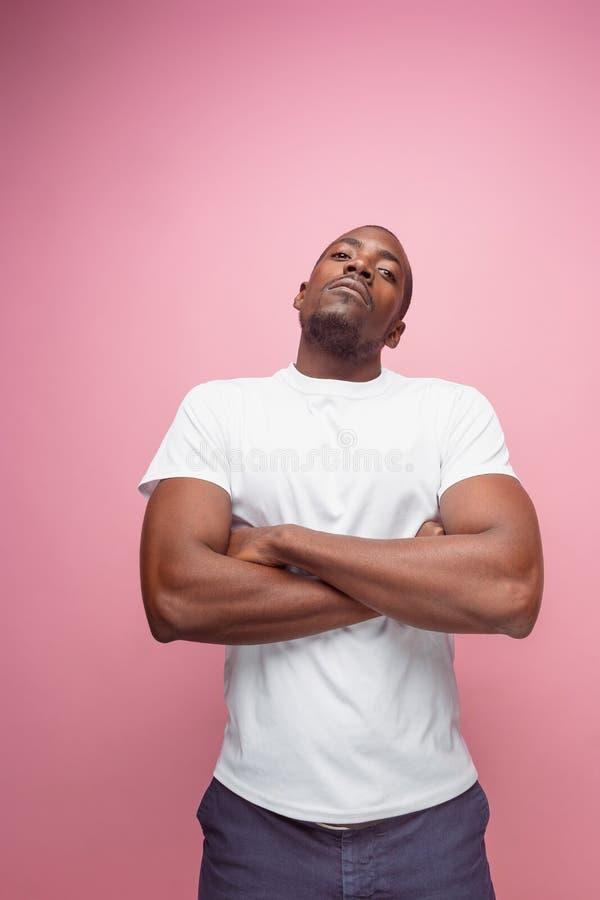 Positiv, das afro-amerikanischen Mann auf rosa Hintergrund denkt lizenzfreie stockfotografie