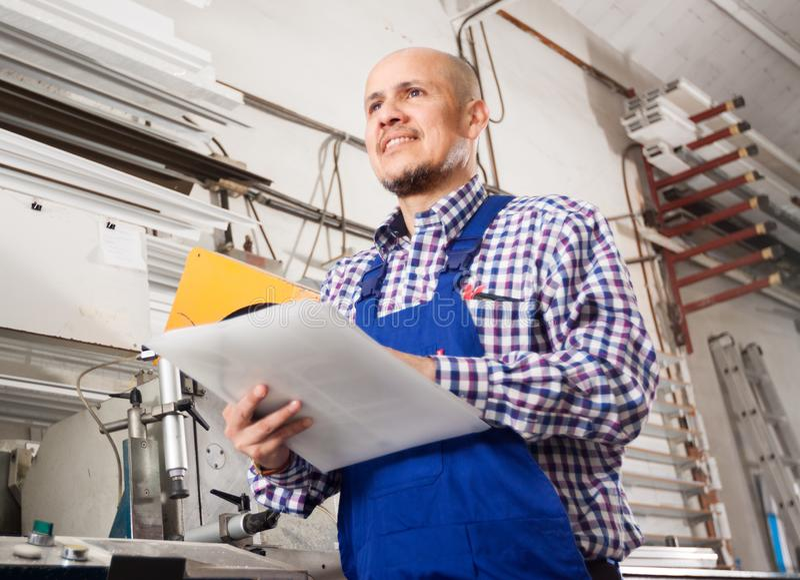 Positiv förhandskontroll av produktionsresultat i modern fabrik arkivfoton