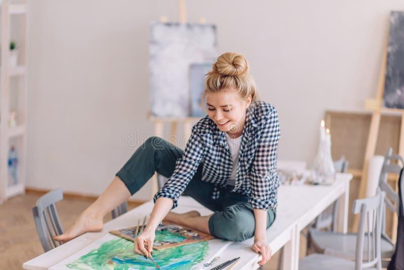 Positiv flicka som förbereder en överraskning för vän royaltyfria bilder