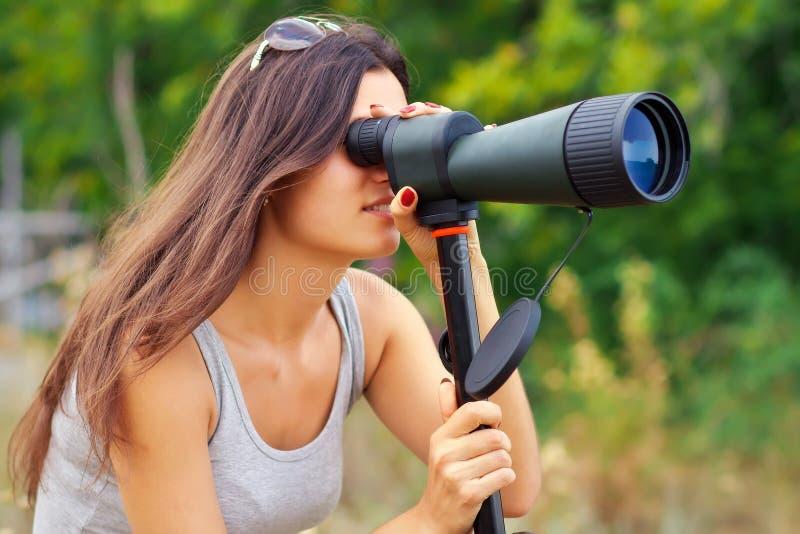 Positiv flicka som håller ögonen på i kikare royaltyfria foton