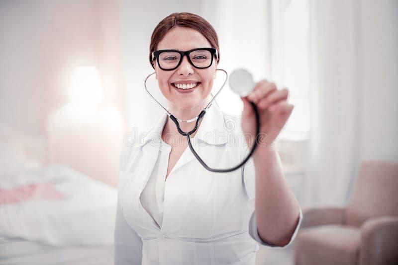 Positiv glad trevlig kvinna som ler till dig royaltyfri bild