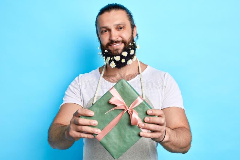 Positiv gladlynt man som ger en gåva till hans vän royaltyfria foton