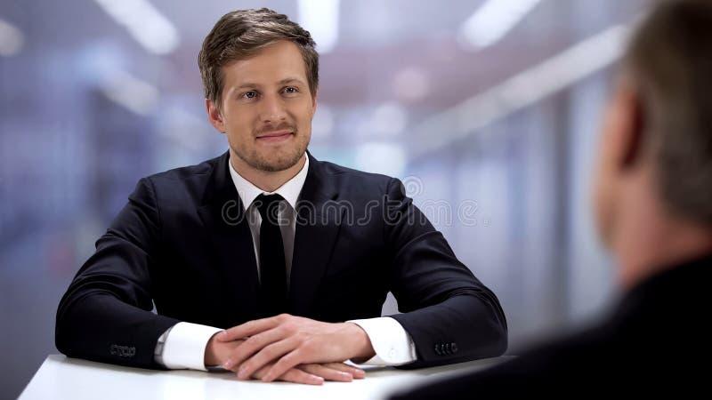 Positiv kandidat som sitter i chefsbefattningen, konceptet för arbetsansökan, intervju arkivbild
