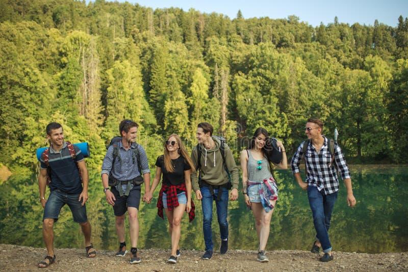Positiv, lächelnde junge Leute sind in das Reisen vernarrt lizenzfreie stockbilder