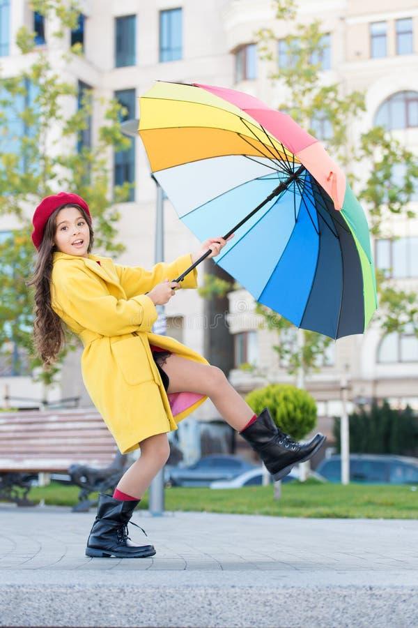 Positiv nedgångsäsong för stag Åtföljande positiv påverkan för färgrik nedgång Vägar ljusnar ditt nedgånglynne Långt flickabarn royaltyfri bild