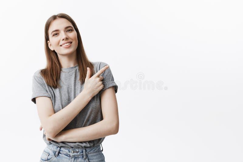 Positiv sinnesrörelser och inställning kopiera avstånd Snygg ung caucasian brinettestudentflicka med medelhårlenghts arkivfoton