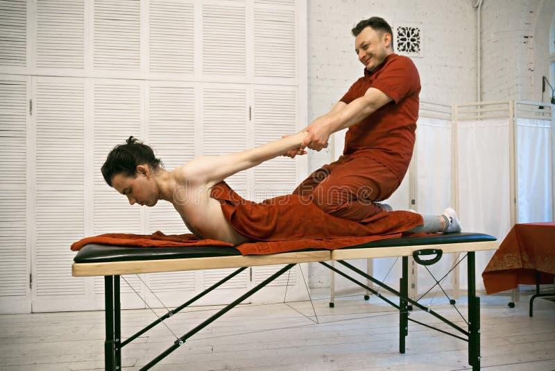 Positiv terapeut som tillbaka drar patienten arkivfoton