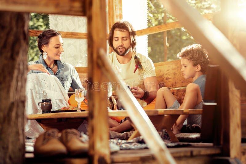 Positiv trevlig familj som talar med de royaltyfri bild