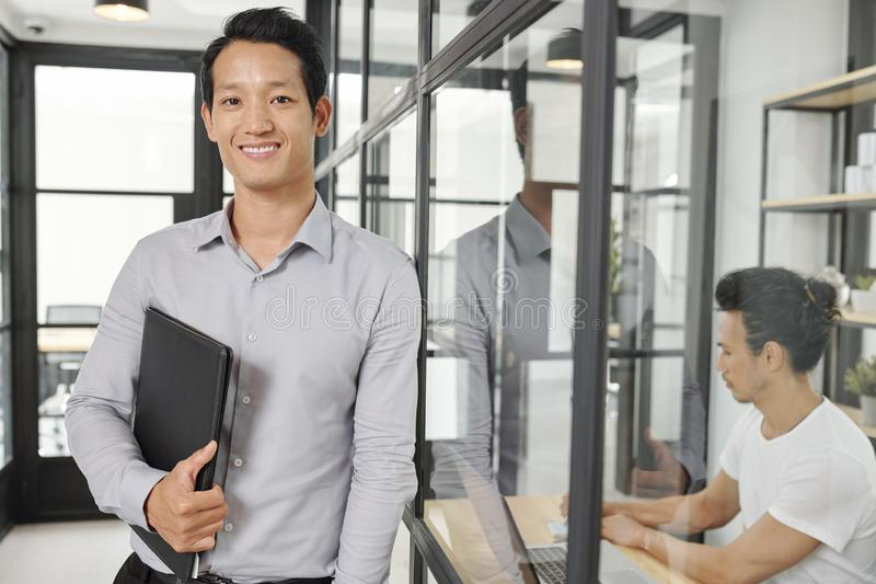 Positiv ung finansiell chef arkivbilder