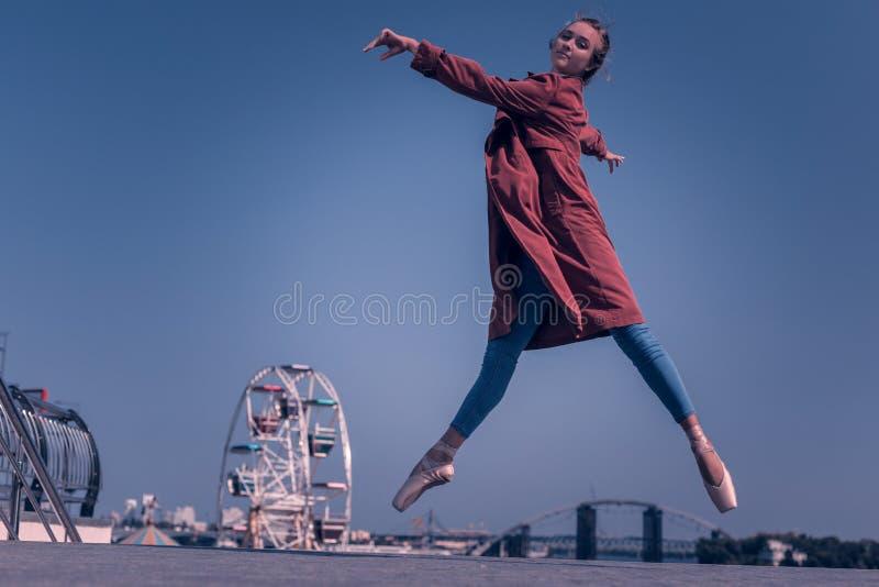 Positiv ung kvinna som är en yrkesmässig dansare arkivbilder