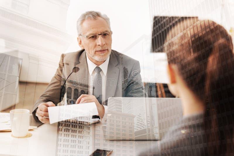 Positiv vuxen människatimme-chef som för en jobbintervju royaltyfri bild