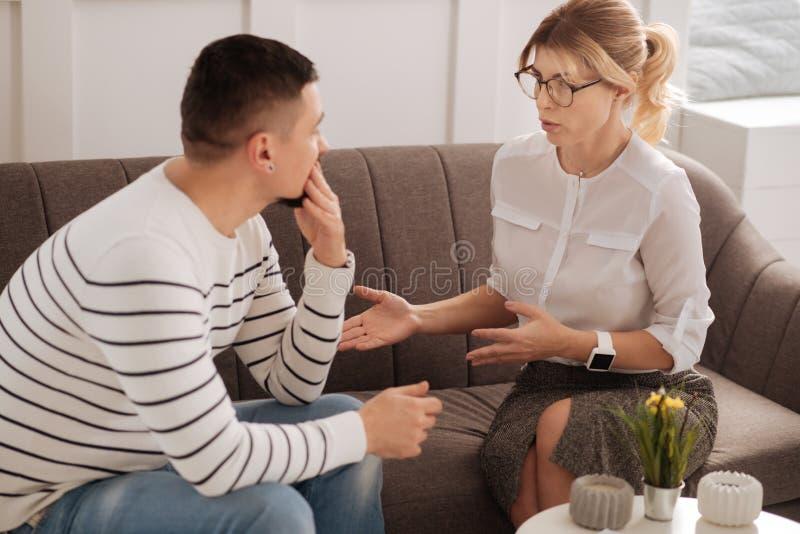 Positiv yrkesmässig terapeut som ger rådgivning royaltyfri foto