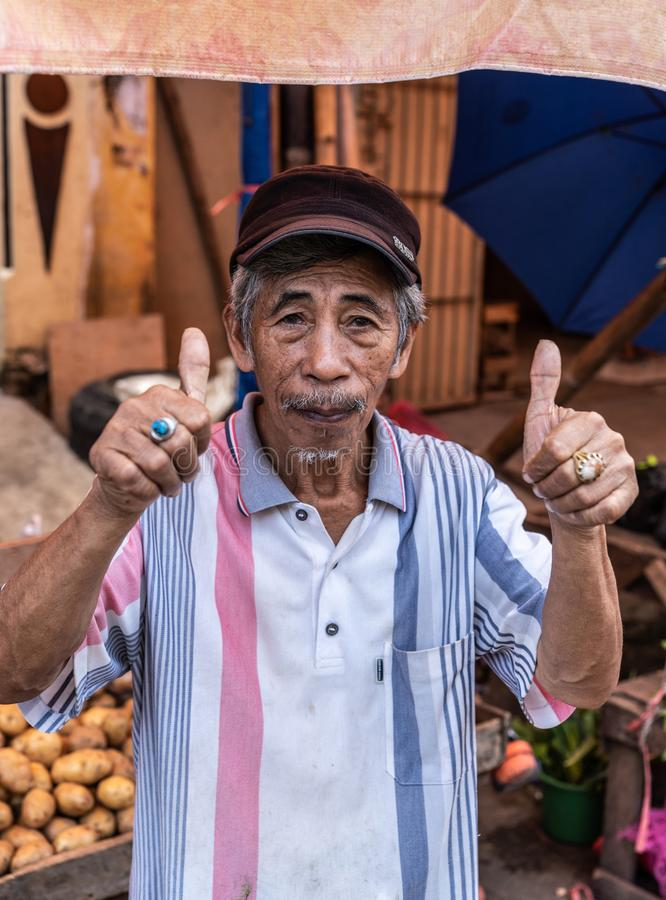 Positiva handsignaler för höga exponeringar i Terong gatamarknad i Makassar, södra Sulawesi, Indonesien royaltyfria bilder