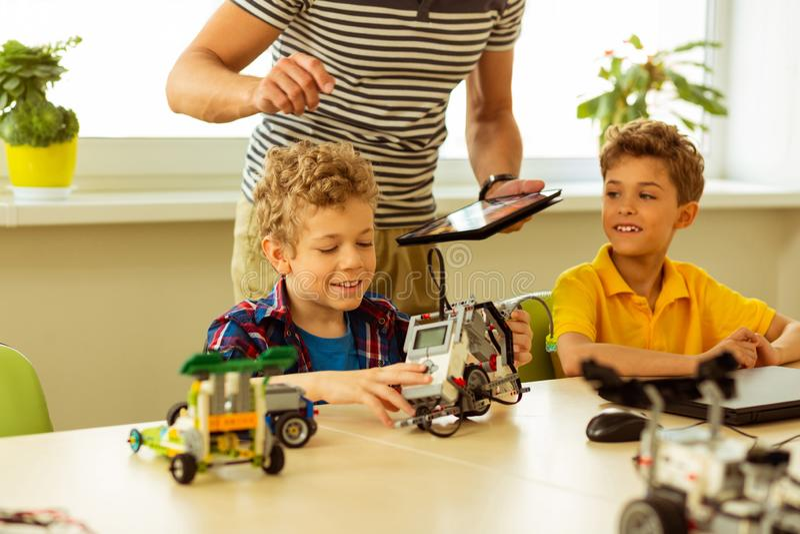 Positiva lyckliga pojkar som går till den tekniska skolan royaltyfri bild
