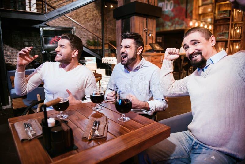 Positiva stiliga män som visar deras sinnesrörelser arkivfoton