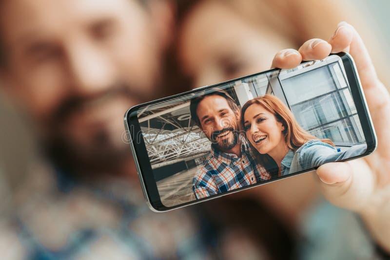 Positive Dame und Mann, die silfie tut lizenzfreie stockfotos