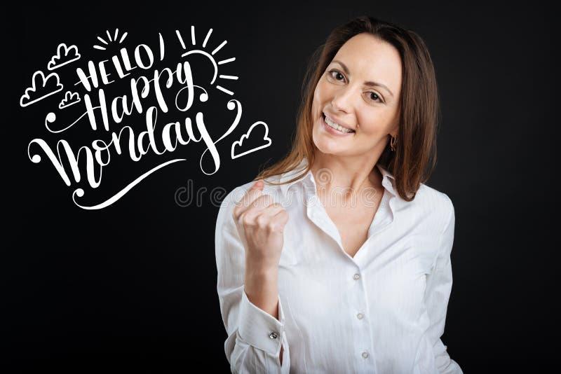 Positive Frau, die ihren angenehmen Morgen lächelt und genießt stockbilder