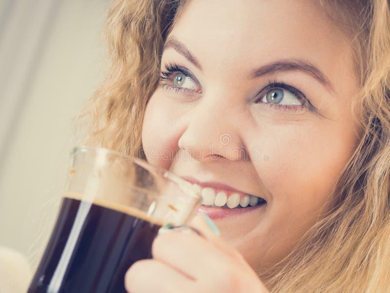 Positive Frau, die ihren Morgenkaffee trinkt stockfoto