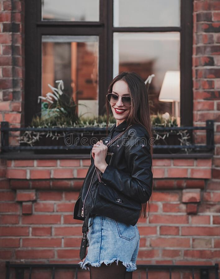 Positive Frau in Lederjacke lizenzfreies stockfoto