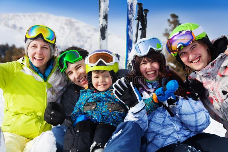 Positive Freunde mit Kind tragen zusammen Sturmhauben stockfoto