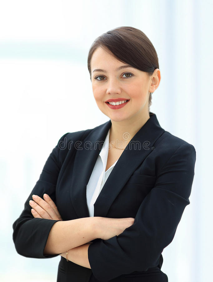 Positive Geschäftsfrau, die über Weiß lächelt stockfoto