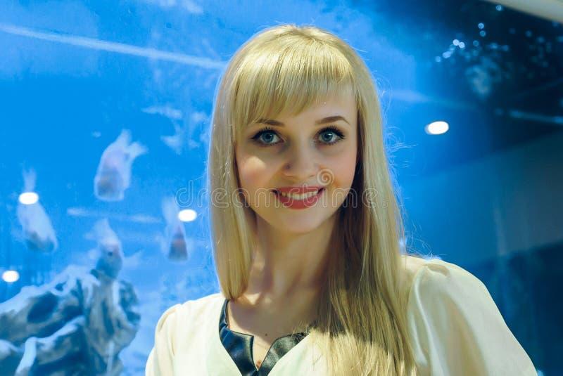 Positive junge Frau, die an der Kamera lächelt stockfotos