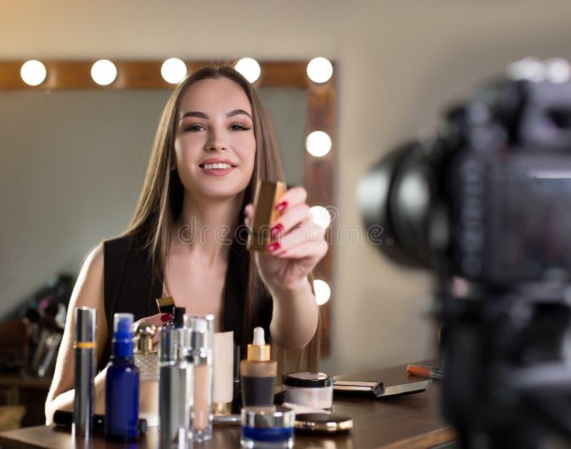 Positive junge Frau notiert Video stockbilder