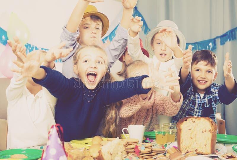 Positive Kinder der Gruppe, die Spaßgeburtstagsfeier haben stockbilder