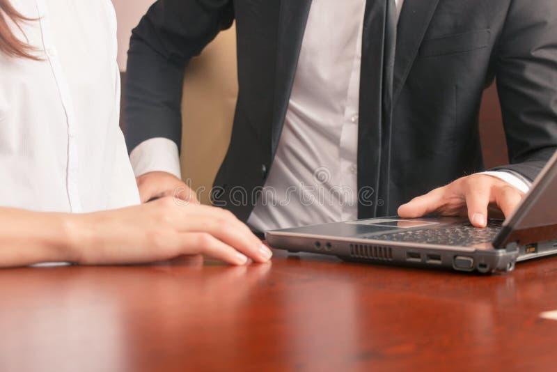 Positive Kollegen, die am Tisch sitzen stockfoto