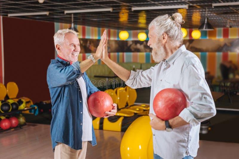 Positive nette Männer, die über das Spiel glücklich sind stockbilder