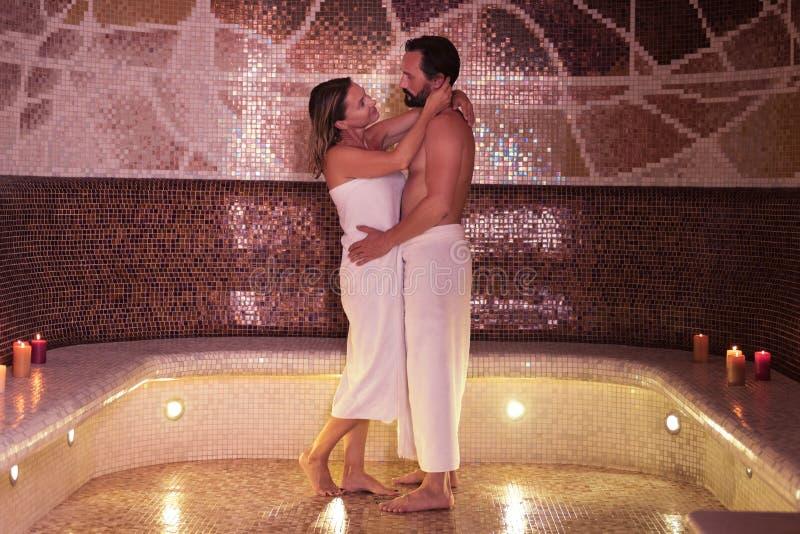 Positive nette Paare, die einander betrachten lizenzfreie stockbilder