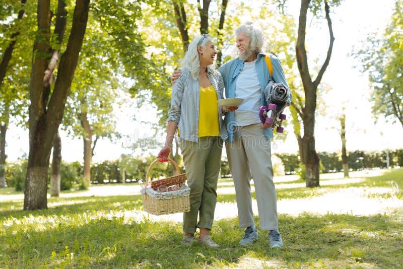 Positive nette Paare, die nach Hause gehen lizenzfreie stockbilder