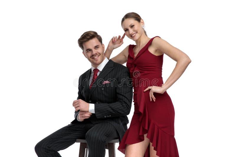 Positive Paare, die gekleidetes elegantes lachen und sind stockfotografie